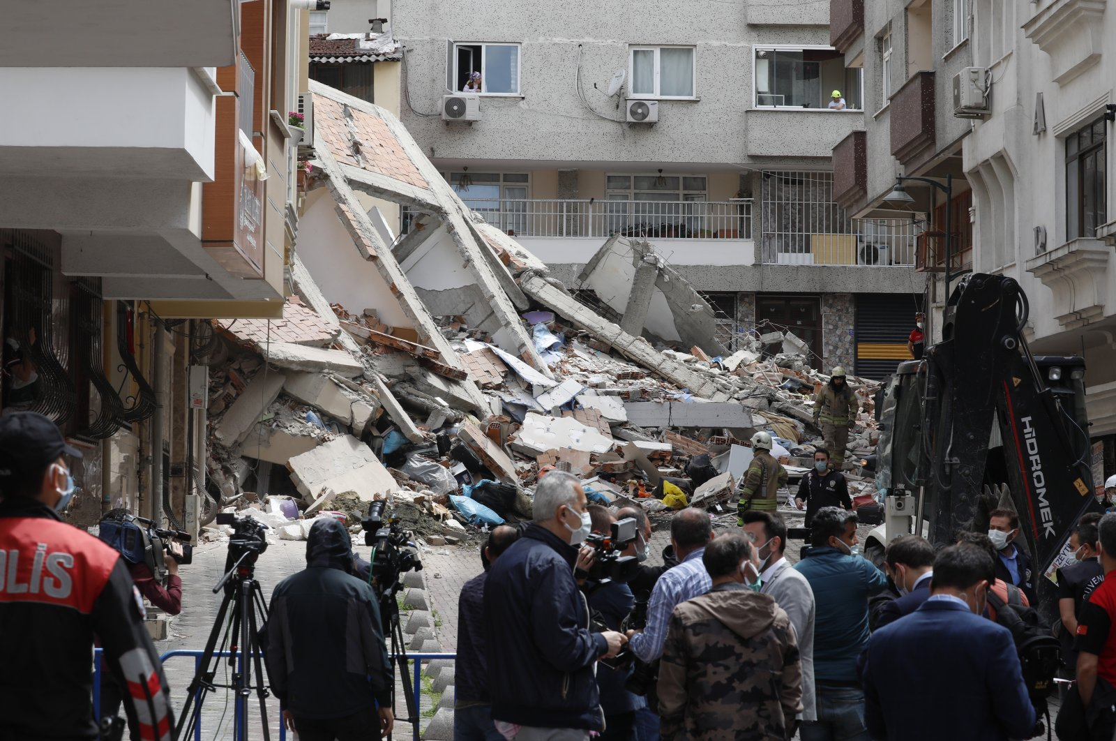 People scan the rubble of a collapsed building, in Zeytinburnu district, Istanbul, Turkey, May 6, 2021. (DHA PHOTO)