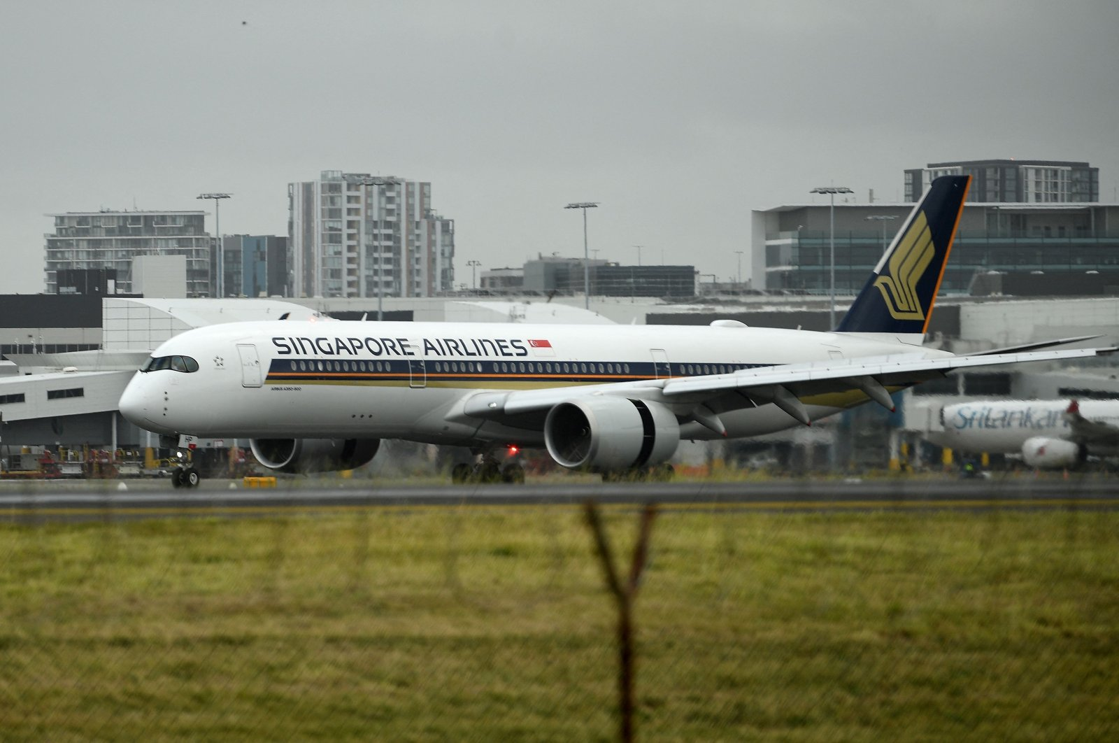 A Singapore Airlines passenger jet lands at Sydney International Airport, in Syrdney, Australia, May 6, 2021. (AFP Photo)