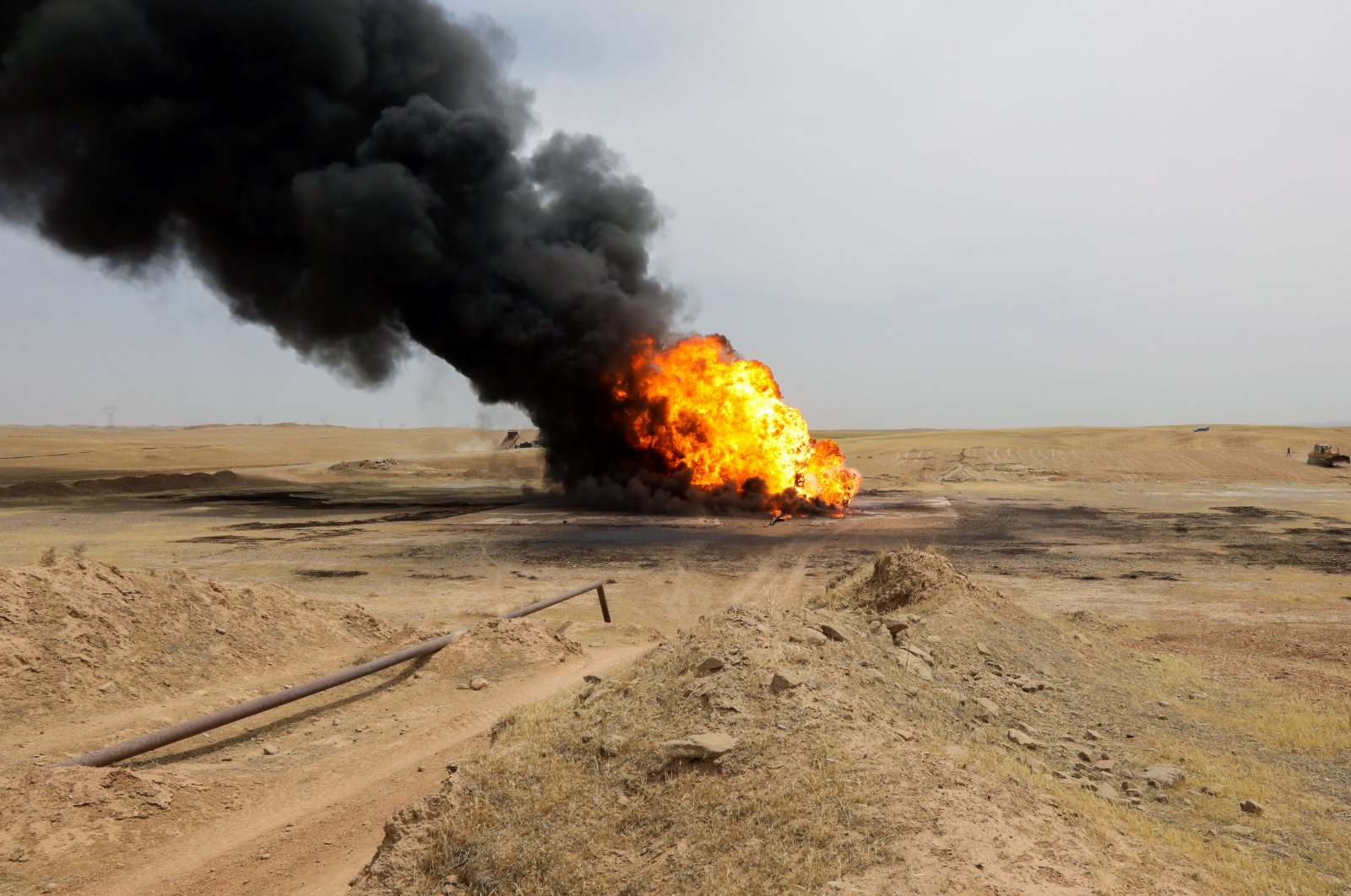 Flames and smoke rise from oil wells inside the Bai Hassan oil field, which was attacked by militants, close to the northern Iraqi city of Kirkuk, Iraq, May 5, 2021. (REUTERS Photo)