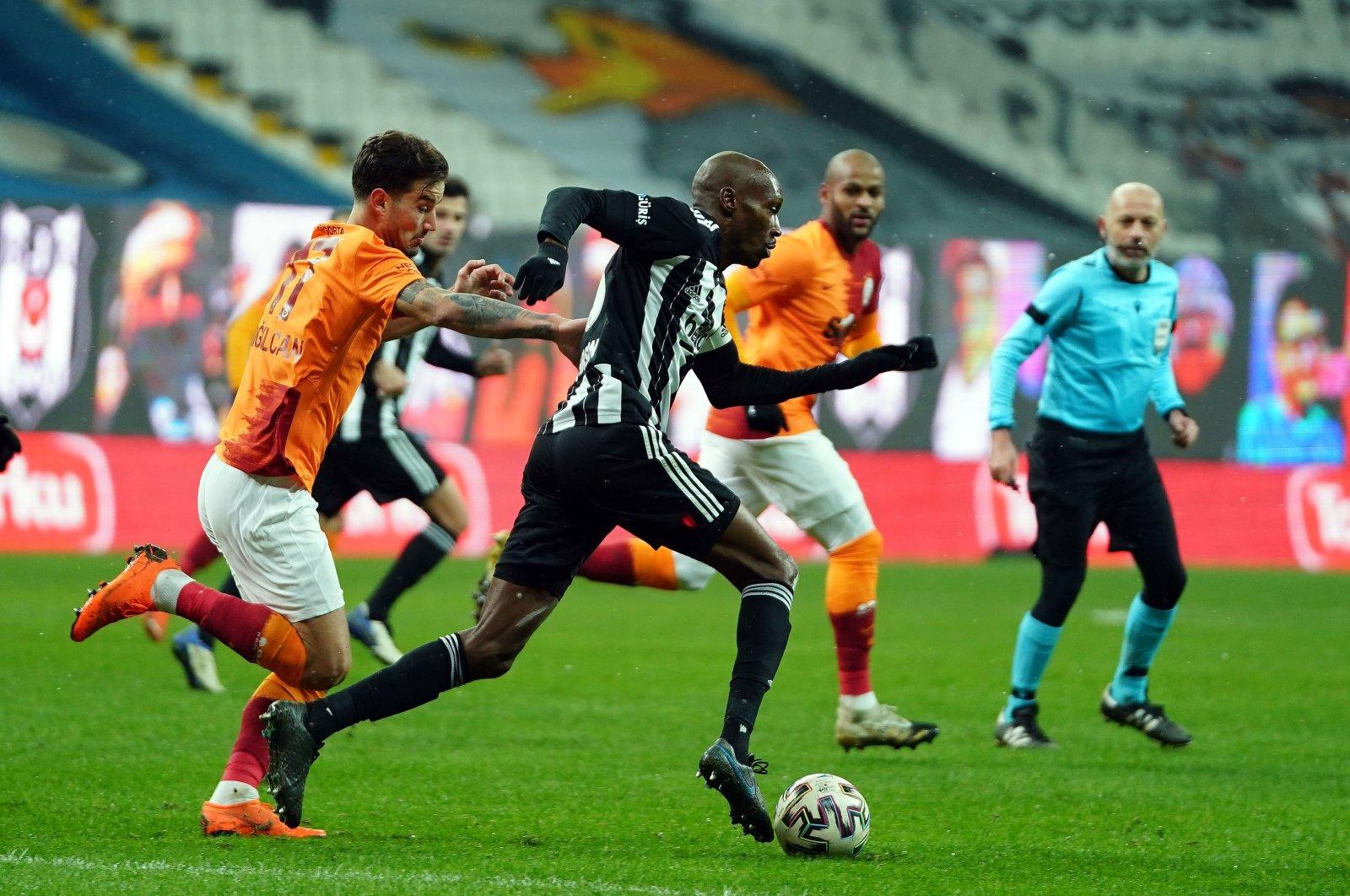 Beşiktaş's Aatiba Hutchinson dribbles past Galatasaray's Oğulcan Çağlayan during a Süper Lig match in Istanbul, Turkey, Jan. 17, 2021. (IHA Photo)