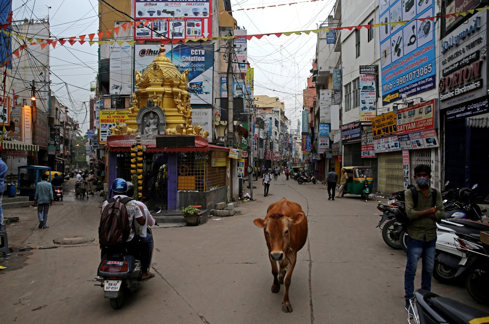 A general view showing closed shops in Bengaluru, India, April 22, 2021. (EPA Photo)