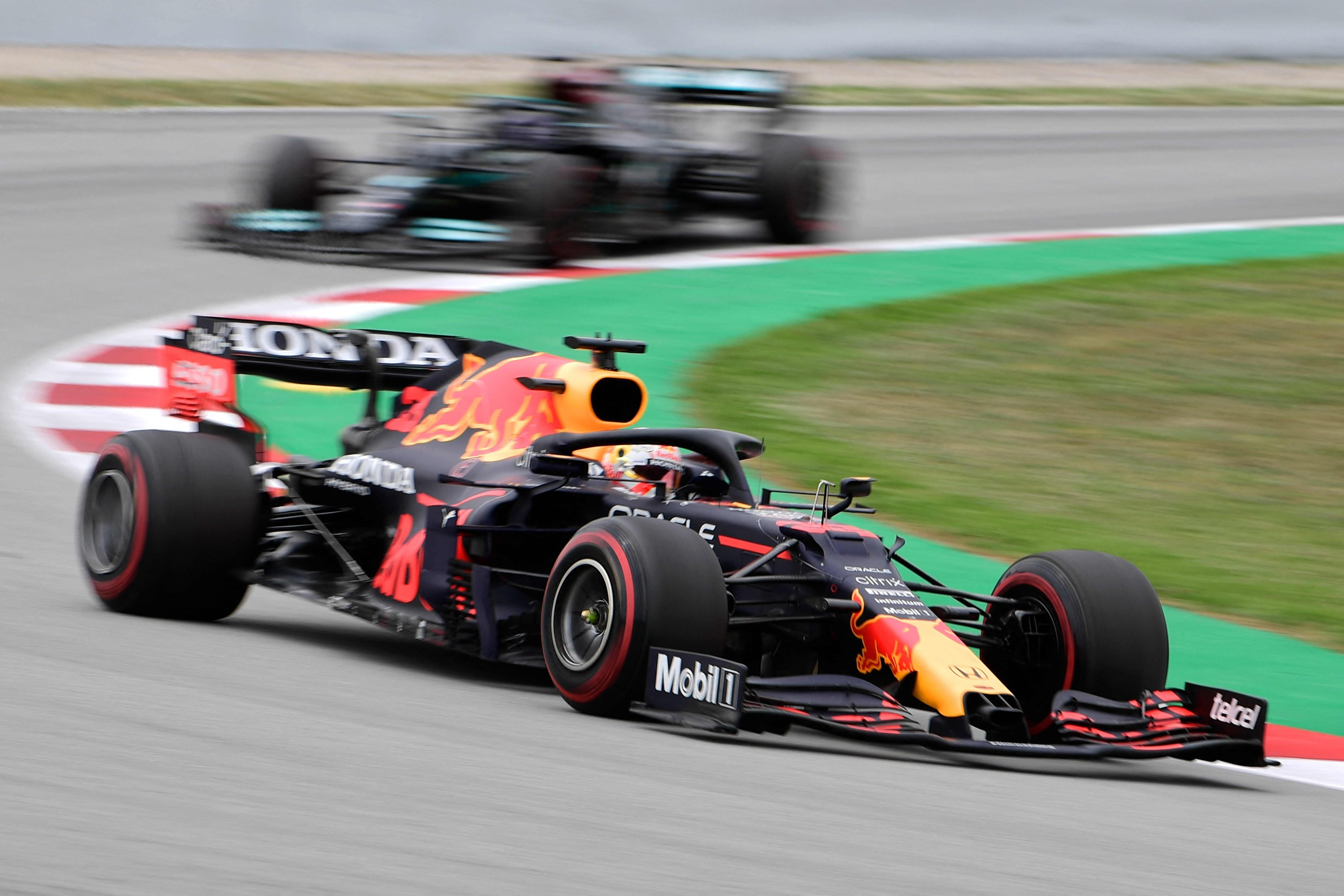 Red Bull's driver Max Verstappen drives ahead of Mercedes' Lewis Hamilton during the Spanish Formula One Grand Prix at the Barcelona Catalunya racetrack in Montmelo, on the outskirts of Barcelona, Spain, May 9, 2021. (AFP Photo)