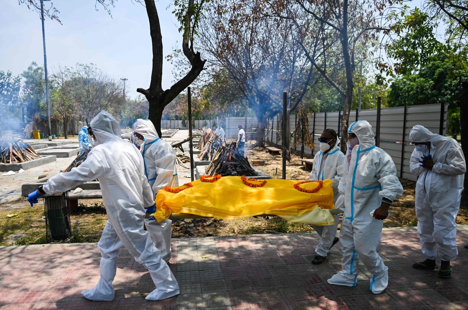 Relatives bring the body of a COVID-19 victim to cremate at a cremation ground in New Delhi, India, May 11, 2021. (AFP Photo)