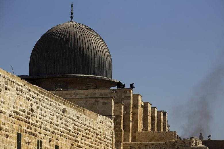Israeli police officers take positions on the roof of Al-Aqsa Mosque during clashes with Palestinians in East Jerusalem's Old City, occupied Palestine, Sept. 28, 2015. (Reuters File Photo)