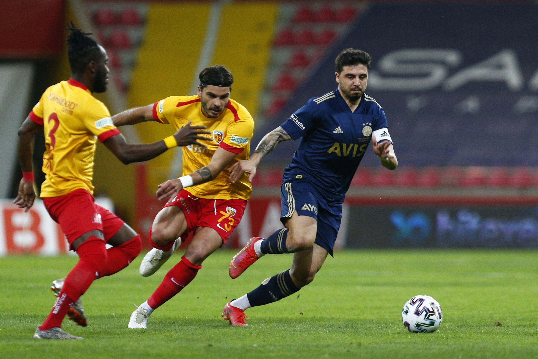 Fenerbahçe's Ozan Tufan (R)  wies for the ball during Turkish Süper Lig Week 42 match against Hes Kablo Kayserispor at Kadir Has Stadium in Kayseri, Turkey, May 15, 2021. (AA Photo)