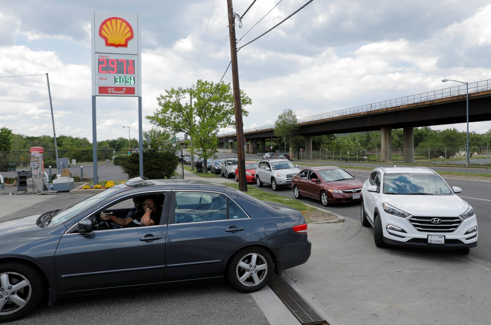 Cars queue as they wait to fill with gas at a Shell gas station, after a cyberattack crippled the biggest fuel pipeline in the country, run by Colonial Pipeline, in Washington, D.C., U.S., May 15, 2021. (Reuters Photo)