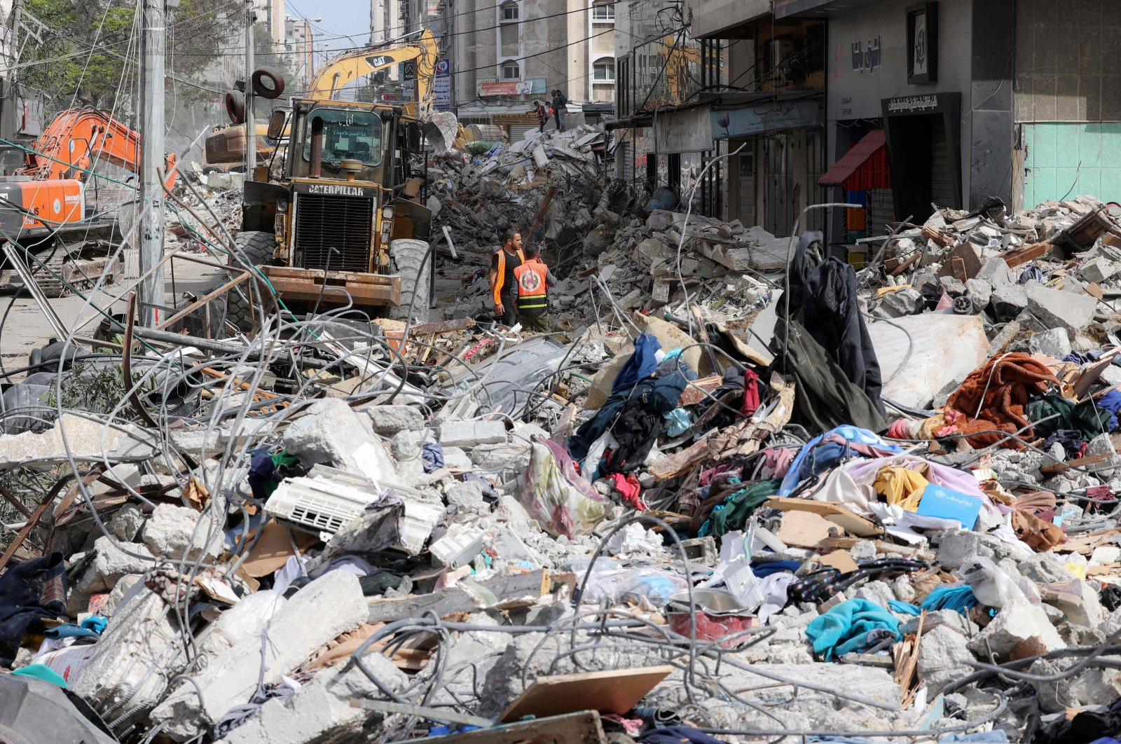 An excavator clears the rubble of a destroyed building in Gaza City's Rimal residential district following massive Israeli bombardment on the Hamas-controlled enclave, Gaza, May 16, 2021. (AFP Photo)