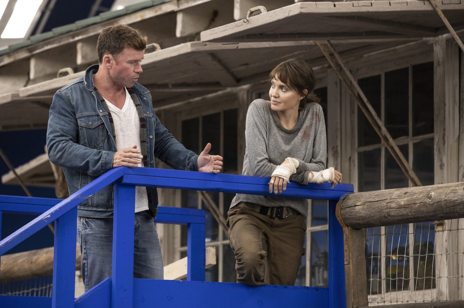 """Director Taylor Sheridan (L) talks with Angelina Jolie on the set of""""Those Who Wish Me Dead."""" (Warner Bros. Entertainment via AP)"""