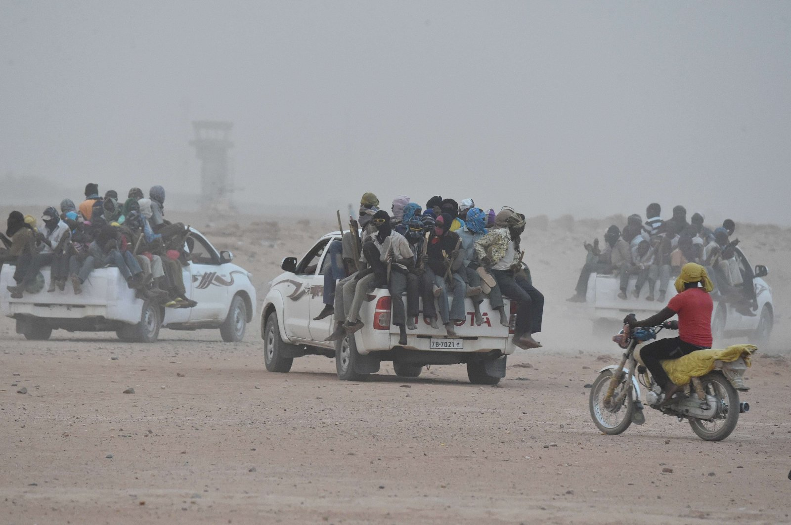 Pick-up vehicles carrying migrants hoping to reach Europe leave Agadez, Niger, on June 1, 2015. (AFP Photo)