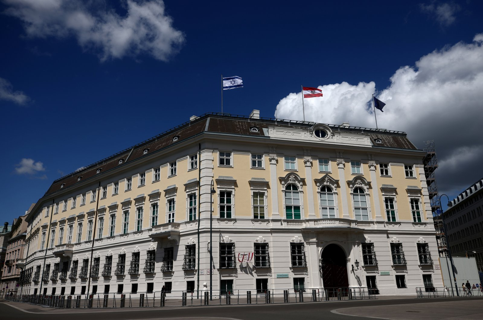 Israel and Austria's national flags are displayed atop the federal chancellery in Vienna, Austria, May 16, 2021. (REUTERS Photo)