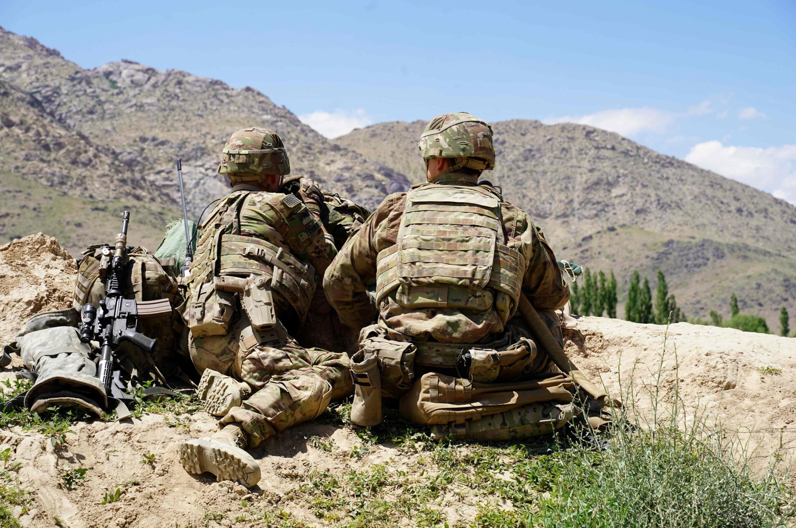 U.S. soldiers look out over hillsides during a visit of the commander of U.S. and NATO forces in Afghanistan, Gen. Scott Miller at the Afghan National Army (ANA) checkpoint in Nerkh district of Wardak province, Afghanistan, June 6, 2019. (AFP Photo)
