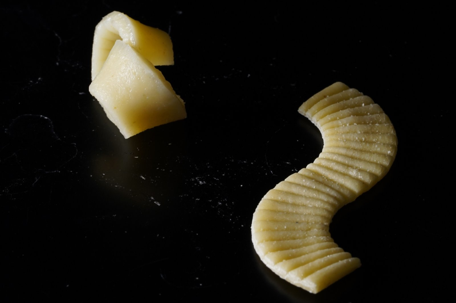 Cooked (L) and uncooked (R): This flat piece of pasta developed in a research laboratory unfolds into a 3D shape during cooking. (Morphing Matter Lab/Carnegie Mellon University/dpa Photo)