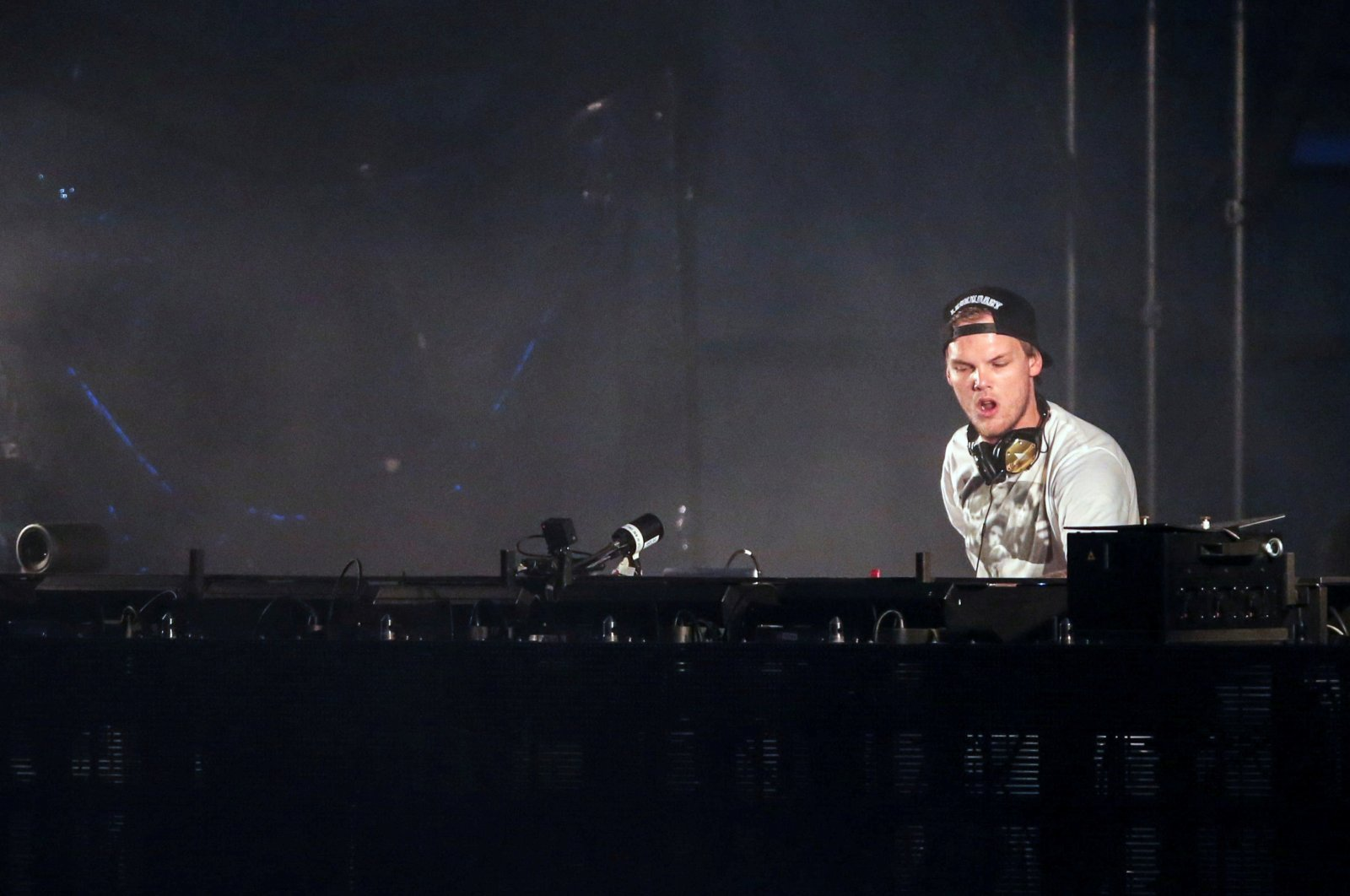 Swedish musician, DJ, remixer and record producer Avicii performs at the Summerburst music festival at Ullevi stadium in Gothenburg, Sweden May 30, 2015. (REUTERS Photo)