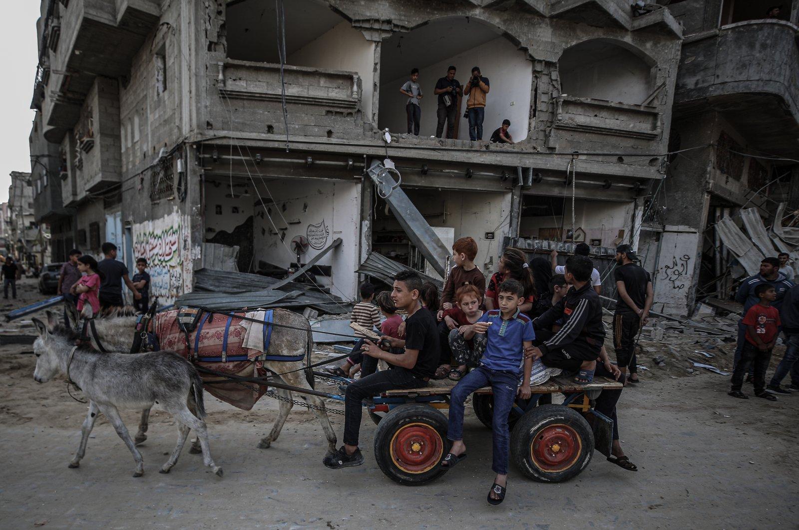 Palestinian civilians fleeing their hometown amid Israeli bombardments in the Gaza Strip, Palestine, May 21, 2021. (AA Photo)