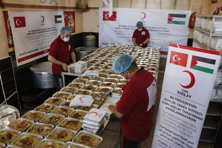 The Turkish Red Crescent (Kızılay) distributes hot meals to victims of Israeli attacks in the Gaza Strip, Palestine, May 20, 2021. (DHA Photo)