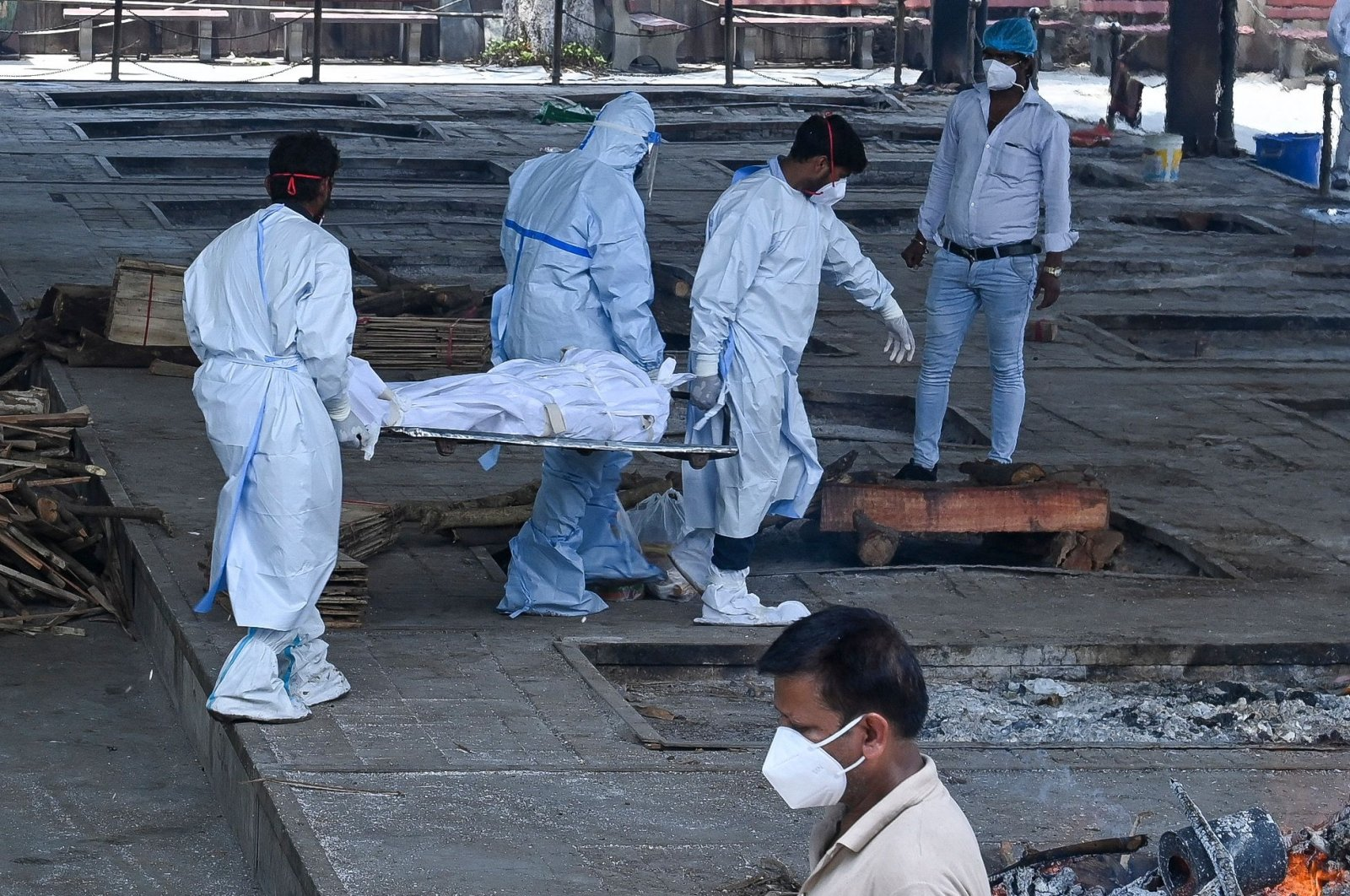 Ambulance staff carry the dead body of a patient who died from COVID-19 for cremation at a crematorium in New Delhi, India, May 21, 2021. (AFP Photo)