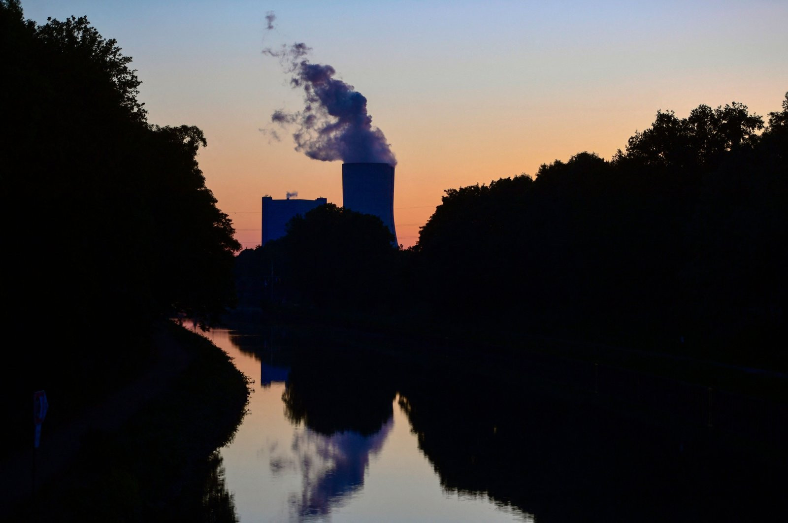 Steam rises from the cooling tower of coal-fired power plant Datteln 4 of Uniper in Datteln, western Germany, May 30, 2020. (AFP Photo)