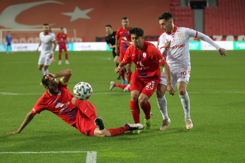Yılport Samsunspor's Vukan Savicevic (R) vies for the ball with Altınordu's Yusuf Yalçın Arslan (C) and Sinan Osmanoğlu (L) during TFF 1. Lig playoff semifinal match in Samsun, Turkey, May 23, 2021. (AA Photo)