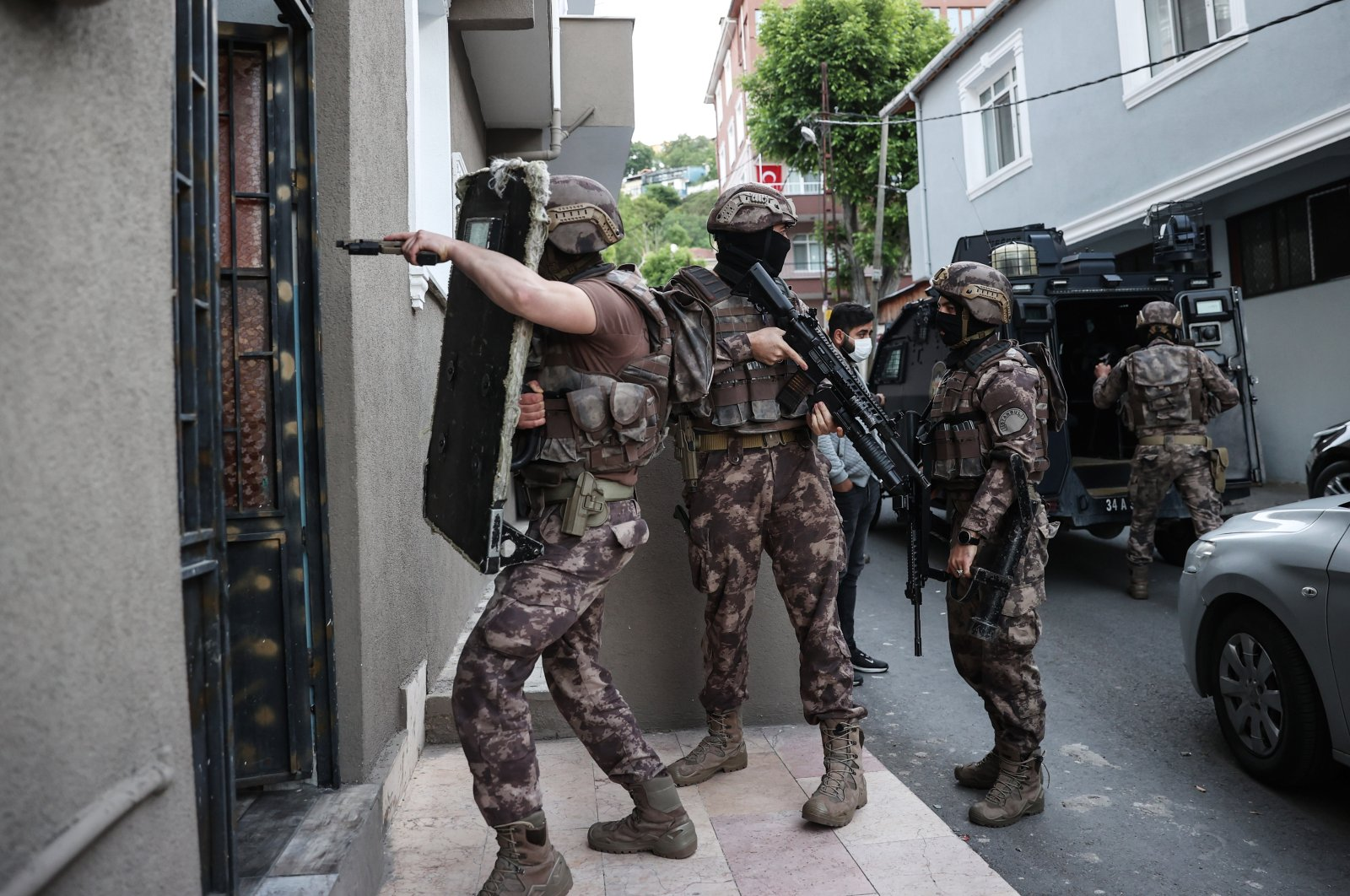 Security forces carry out a counterterrorism operation against Daesh in Istanbul, arresting 18 foreign nationals, Istanbul, Turkey, May 20, 2021 (AA Photo)