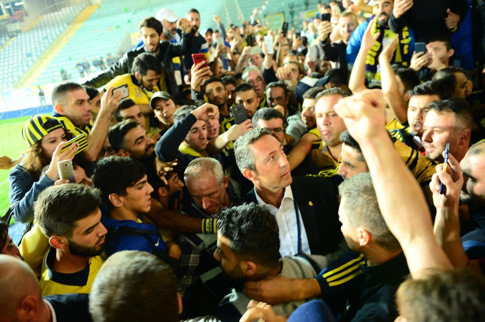 Fenerbahçe Chairman Ali Koç surrounded by the club's fans during a Süper Lig match, Rize, northern Turkey, Sept. 30, 2018. (OĞUZ YÖRÜK/Sabah Photo)