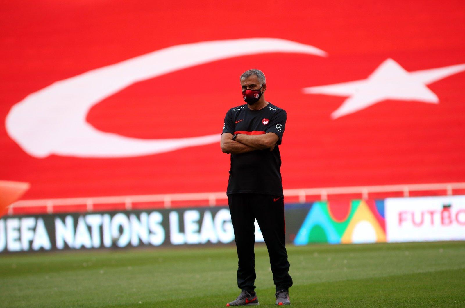 Turkish national team coach Şenol Güneş oversees a training session in Izmir, southwestern Turkey, May 14, 2021. (IHA Photo)