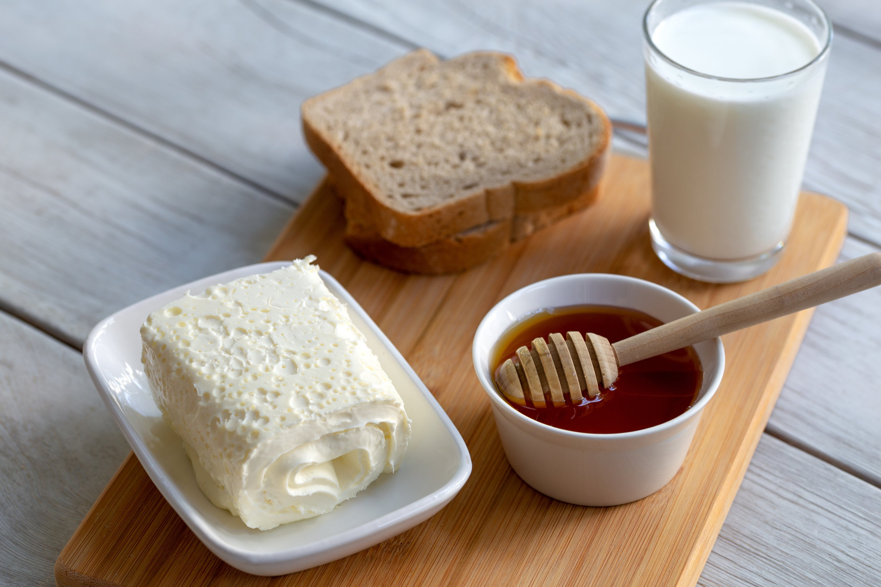 Bal-kaymak (honey and clotted cream) is among the dishes you must try during Turkish breakfast. (Shutterstock Photo)