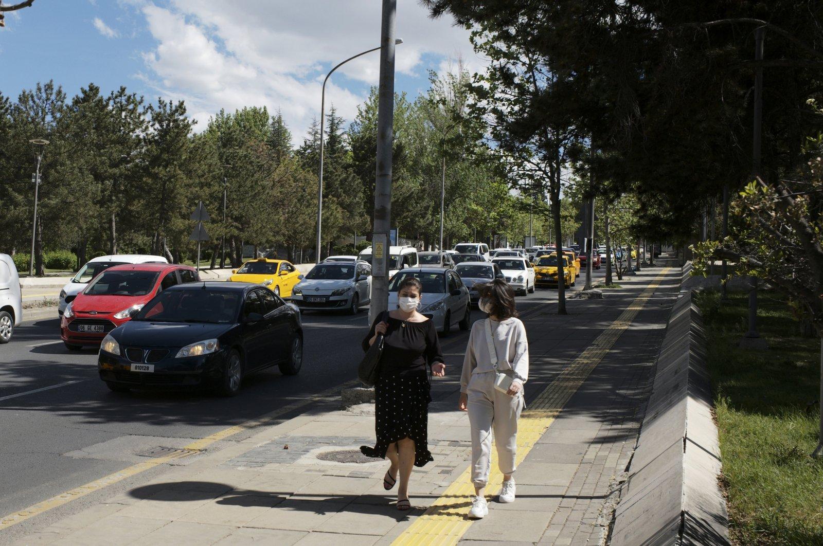 People wearing face masks walk on a street in the capital Ankara, Turkey, May 21, 2021. (AP PHOTO)