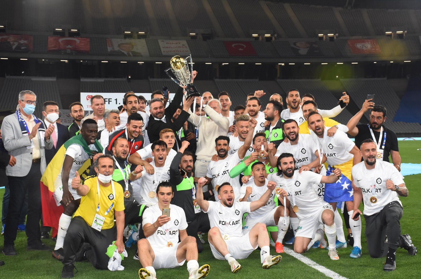 Altay players celebrate with the trophy after securingpromotion to the Turkish Süper at the Atatürk Olympic Stadium in Istanbul, Turkey, May 26, 2021. (DHA Photo)