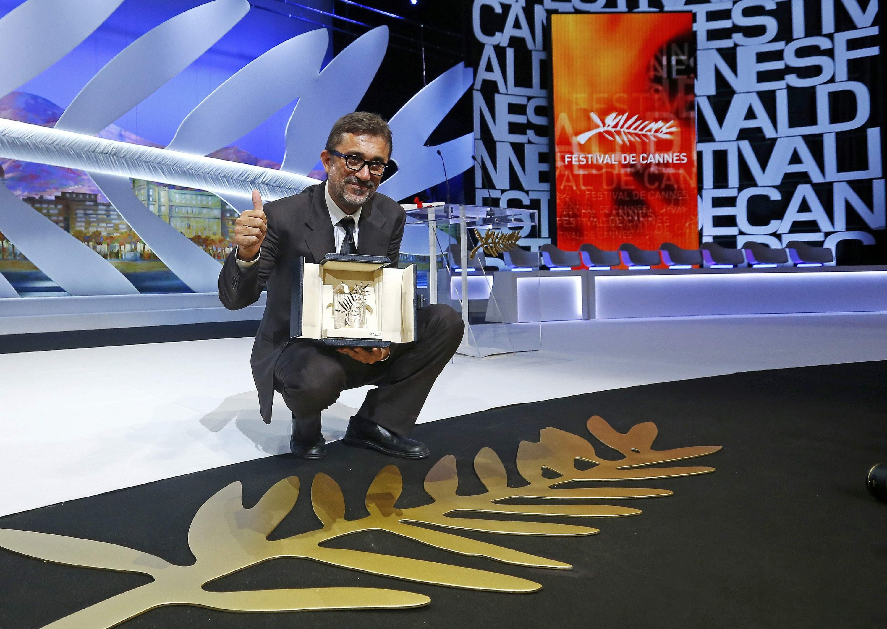 Director Nuri Bilge Ceylan, Palme d'Or award winner for his film 'Kış Uykusu' ('Winter Sleep'), poses on stage during the closing ceremony of the 67th Cannes Film Festival in Cannes, France, May 24, 2014. (REUTERS Photo)