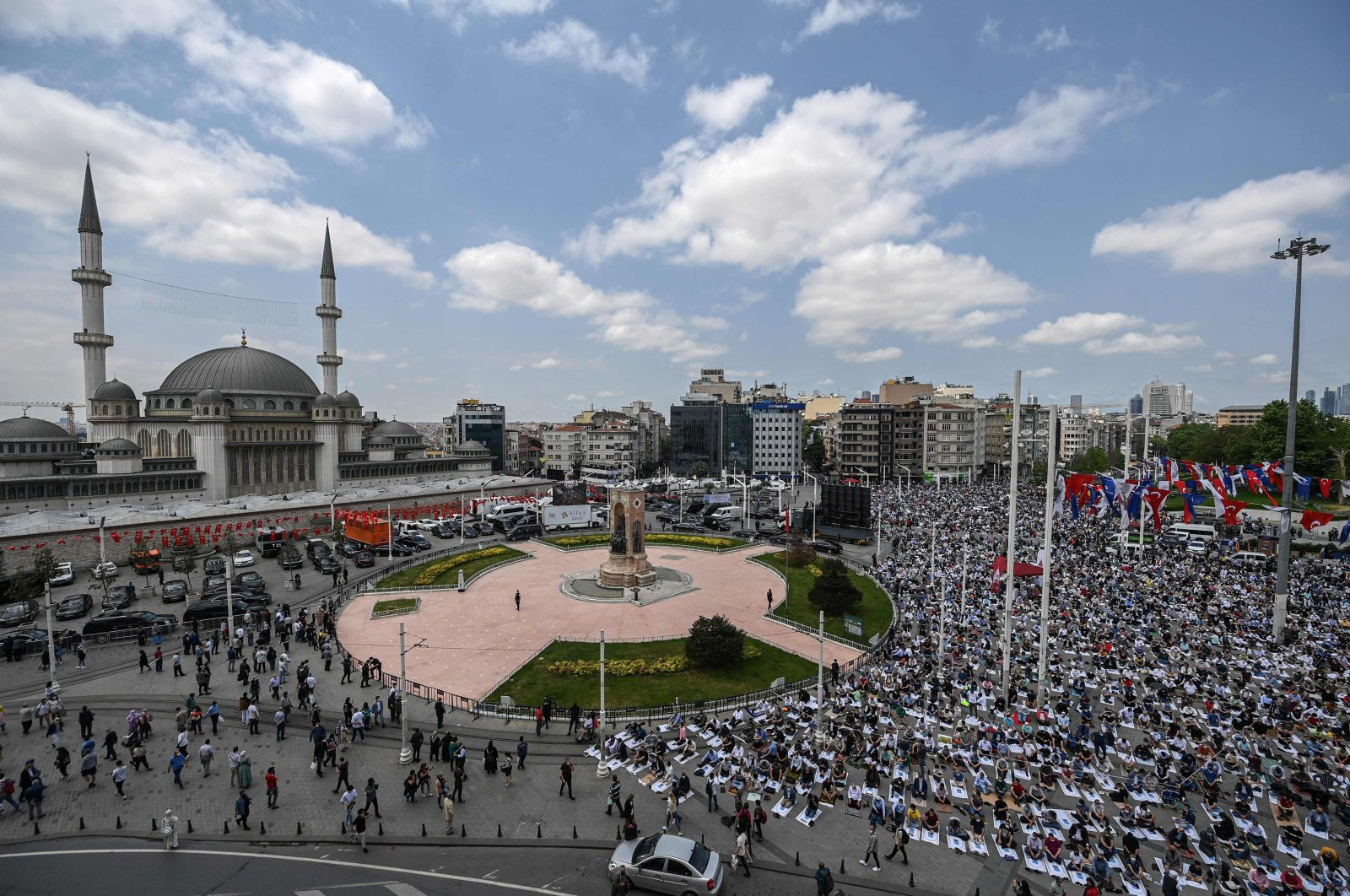 A large crowd perform prayers outside the mosque, in Istanbul, Turkey, May 28, 2021. (AFP PHOTO)