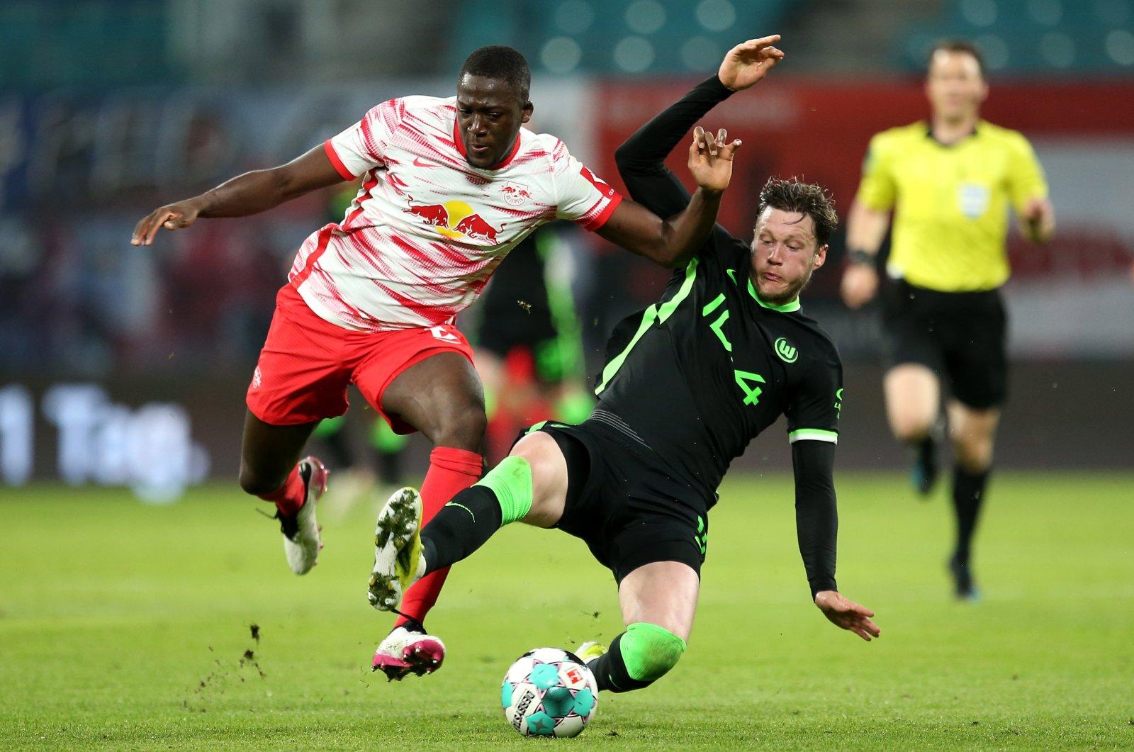 Leipzig's Ibrahima Konate (L) in action against Wolfsburg's Wout Weghorst (R) during a German Bundesliga match, Leipzig, Germany, May 16, 2021. (EPA Photo)