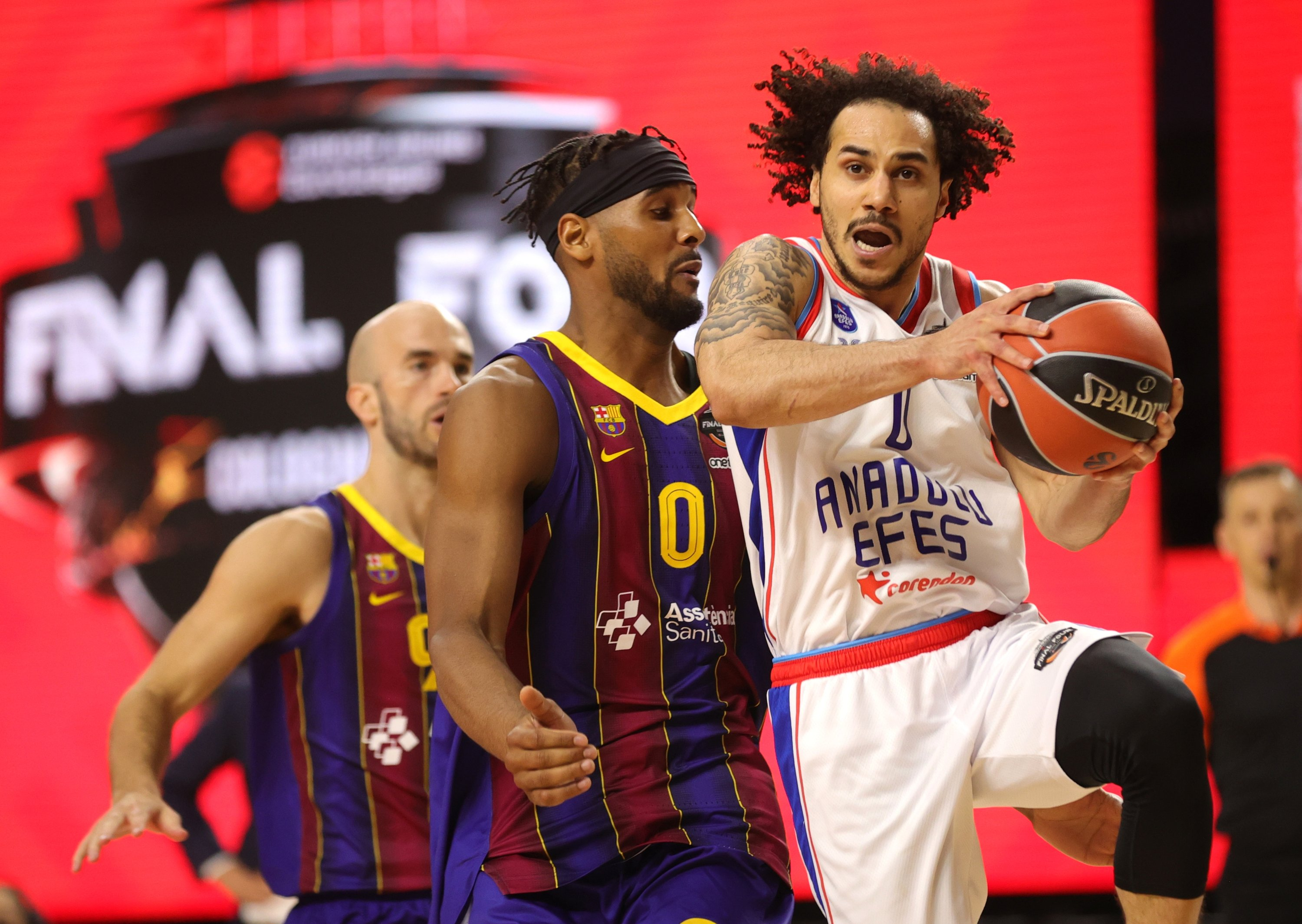 Anadolu Efes' Shane Larkin (R) in action against Barcelona's Brandon Davies (C) during the EuroLeague basketball final match between FC Barcelona and Anadolu Efes Istanbul in Cologne, Germany, 30 May 2021. (EPA Photo)