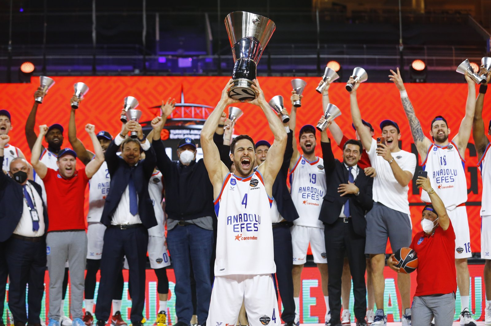 Anadolu Efes's Doğus Balbay celebrates with the trophy and teammates after winning the THY EuroLeague at Lanxess Arena, Cologne, Germany, May 30, 2021. (Reuters Photo)