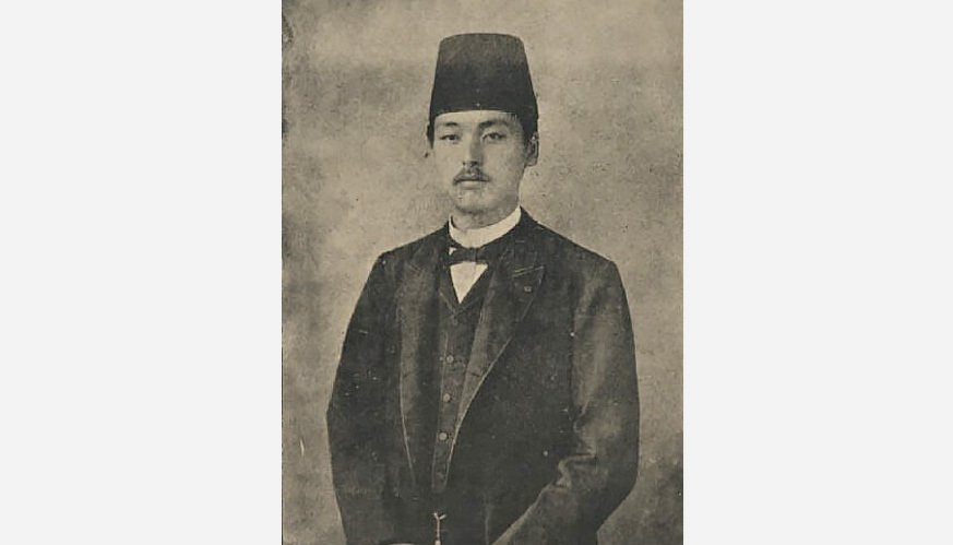 Shotaro Noda poses wearing a fez during his stay in Istanbul.