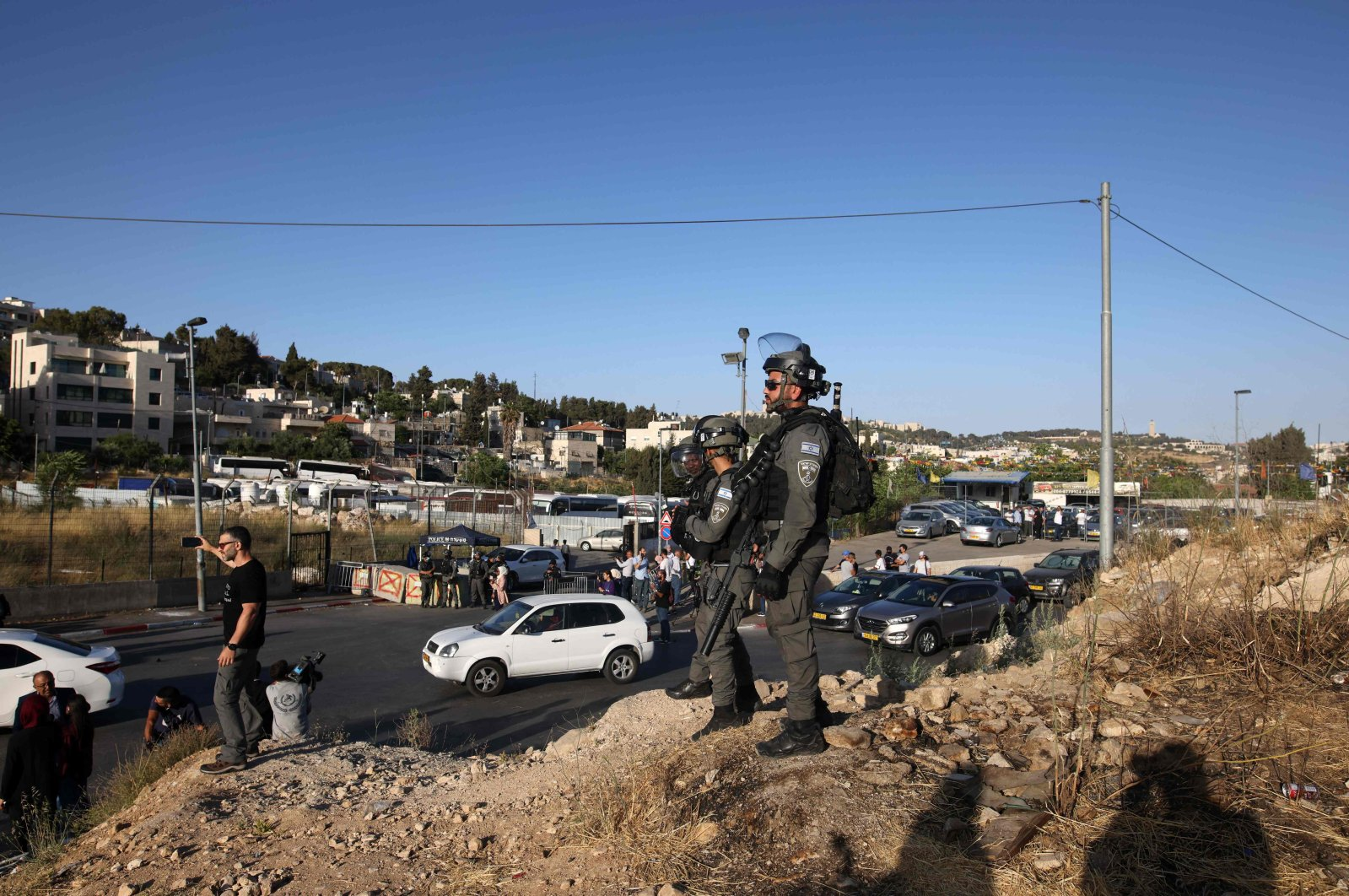 Israeli security forces watch as protesters near an Israeli police checkpoint at the entrance of the Sheikh Jarrah neighborhood in East Jerusalem rally to demand the reopening of the roadblock, Palestine, May 29, 2021. (AFP Photo)