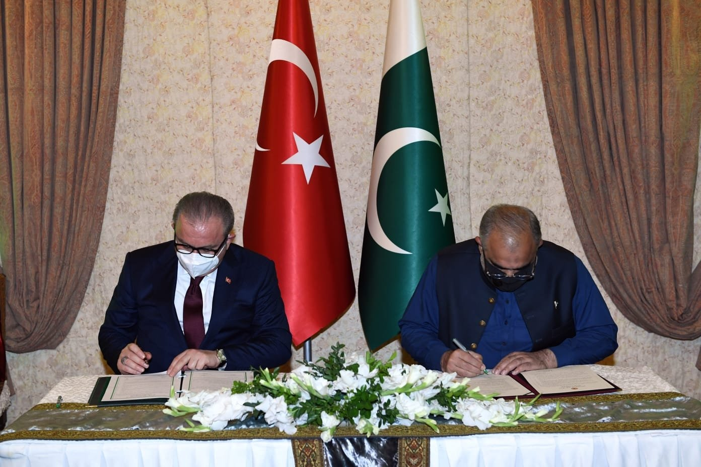Turkey's Parliamentary Speaker Mustafa Şentop (L) and Asad Qaiser, speaker of Pakistan's National Assembly, sign a deal in Islamabad, Pakistan, June 1, 2021. (AA Photo)