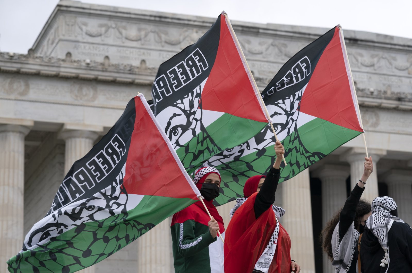 """Supporters of the Palestinians rally during the """"National March for Palestine"""" demonstration at Lincoln Memorial, Washington, D.C., the U.S., Saturday, May 29. 2021. (AP Photo / Jose Luis Magana)"""