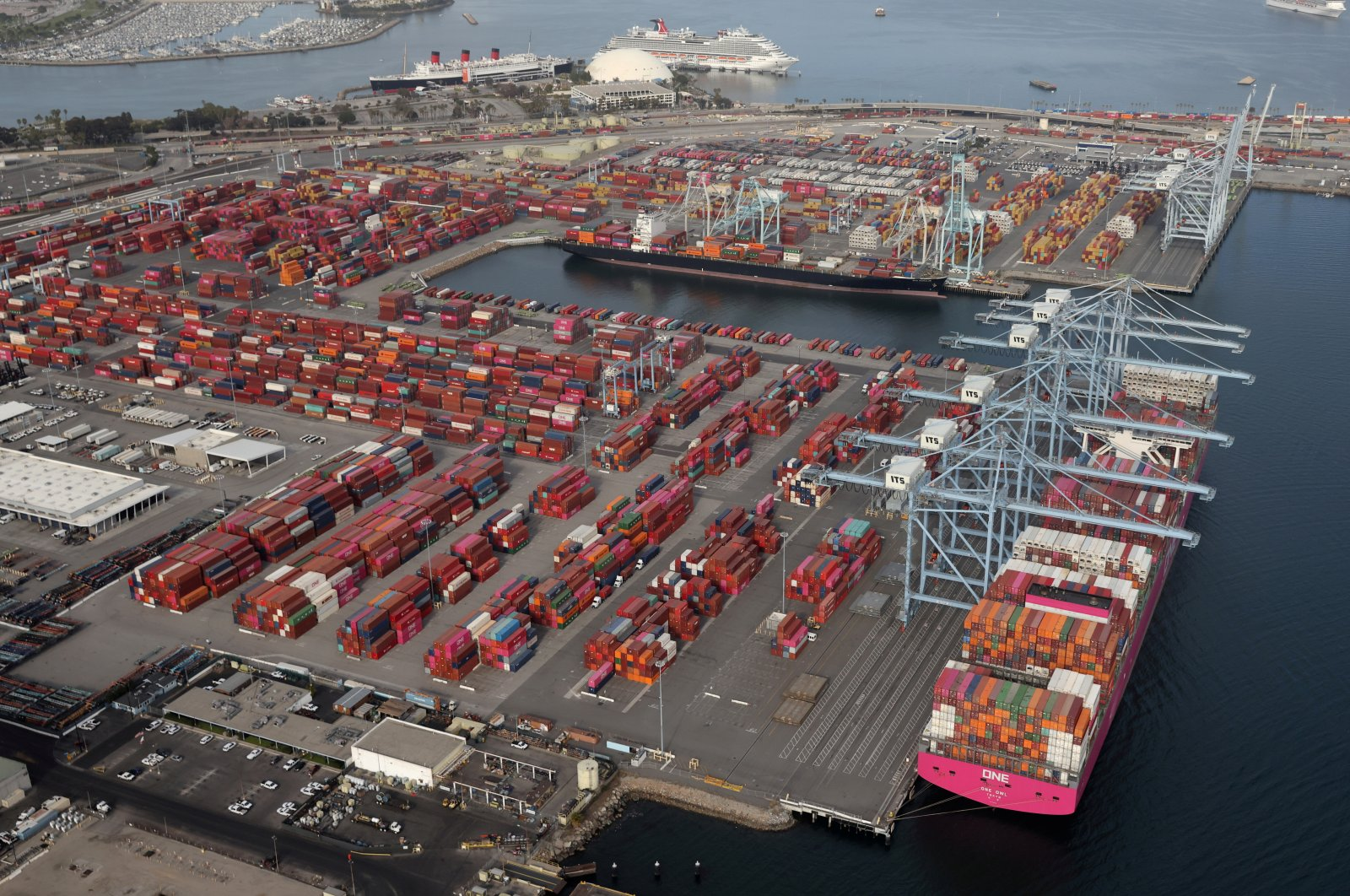 Shipping containers are unloaded from ships at a container terminal at the Port of Long Beach-Port of Los Angeles complex, in Los Angeles, California, U.S., April 7, 2021. (Reuters Photo)