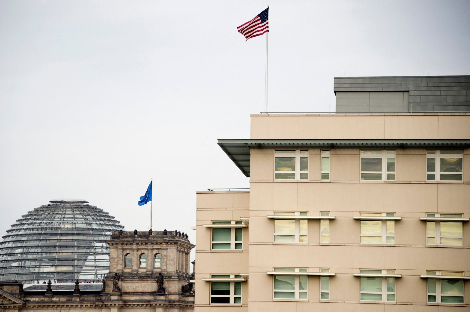 A photo of the U.S. flag flying on top of the U.S. embassy (R) next to the German parliament (L) in Berlin, Germany, on Oct. 25, 2013. (AFP Photo)