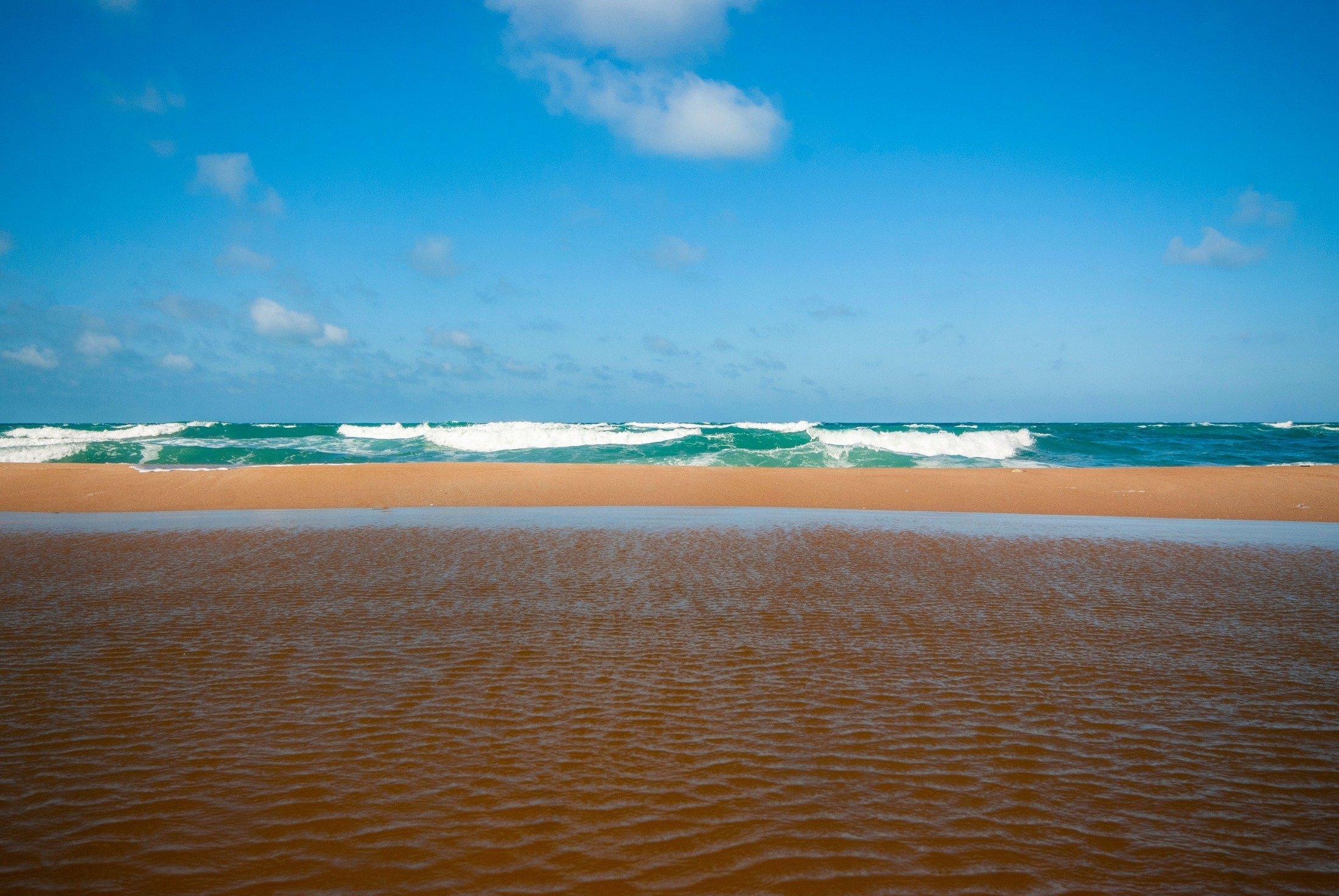 Waves wash across the beautiful sandy Castro beach of Tekirdağ, Turkey. (Shutterstock Photo)