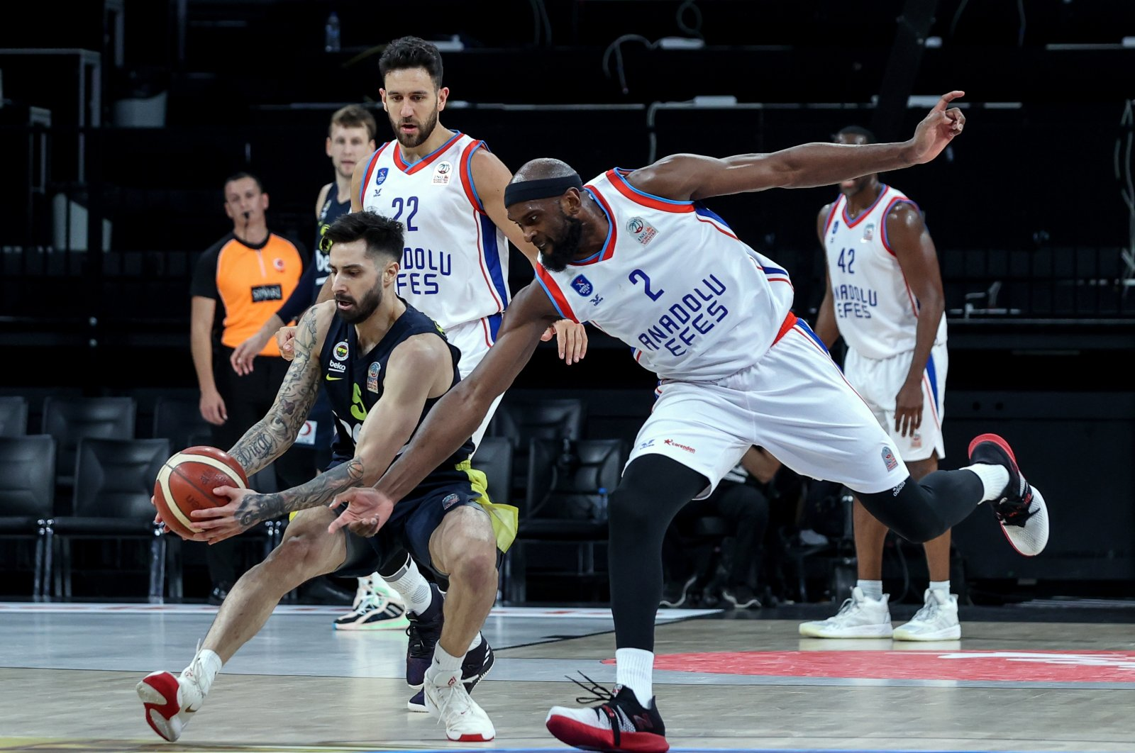 Anadolu Efes power forward Christopher Singleton JR (R) vies for the ball with Fenerbahçe Beko's Alex Daniel Perez during the second match of the ING Basketball Süper Lig 2020-2021 season playoff finals at Istanbul's Sinan Erdem Arena, Istanbul, Turkey, Saturday, June 6, 2021. (AA Photo)