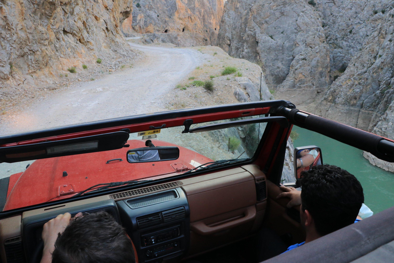 Türkiye'nin doğusunda Erzincan'da Taş Yol boyunca bir cip sürüyor, 5 Haziran 2021 (AA FOTOĞRAF)