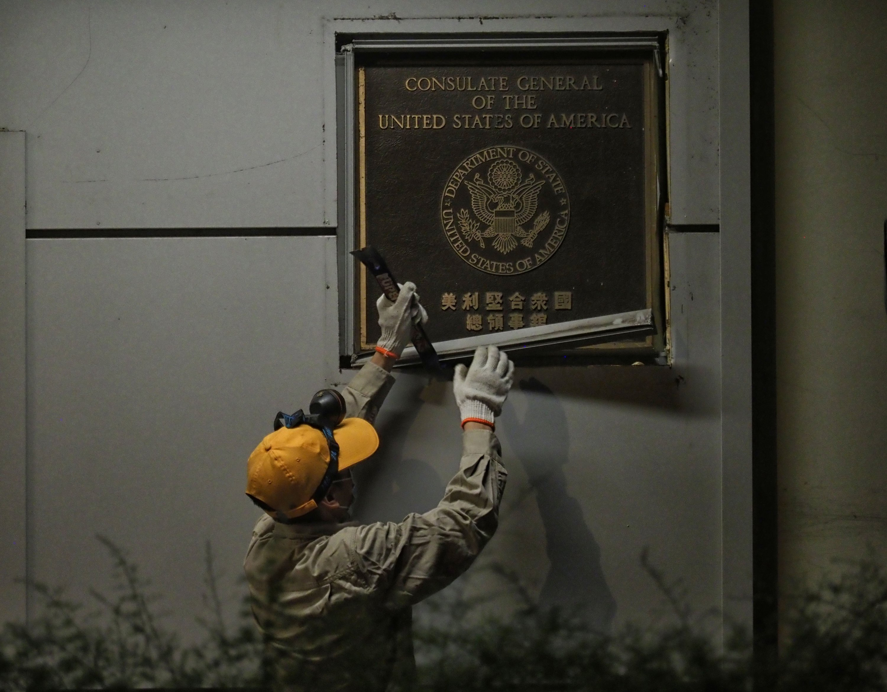 A worker removes a plaque from the U.S. Consulate General in Chengdu, Sichuan, China, July 26, 2020. (Photo by Getty Images)