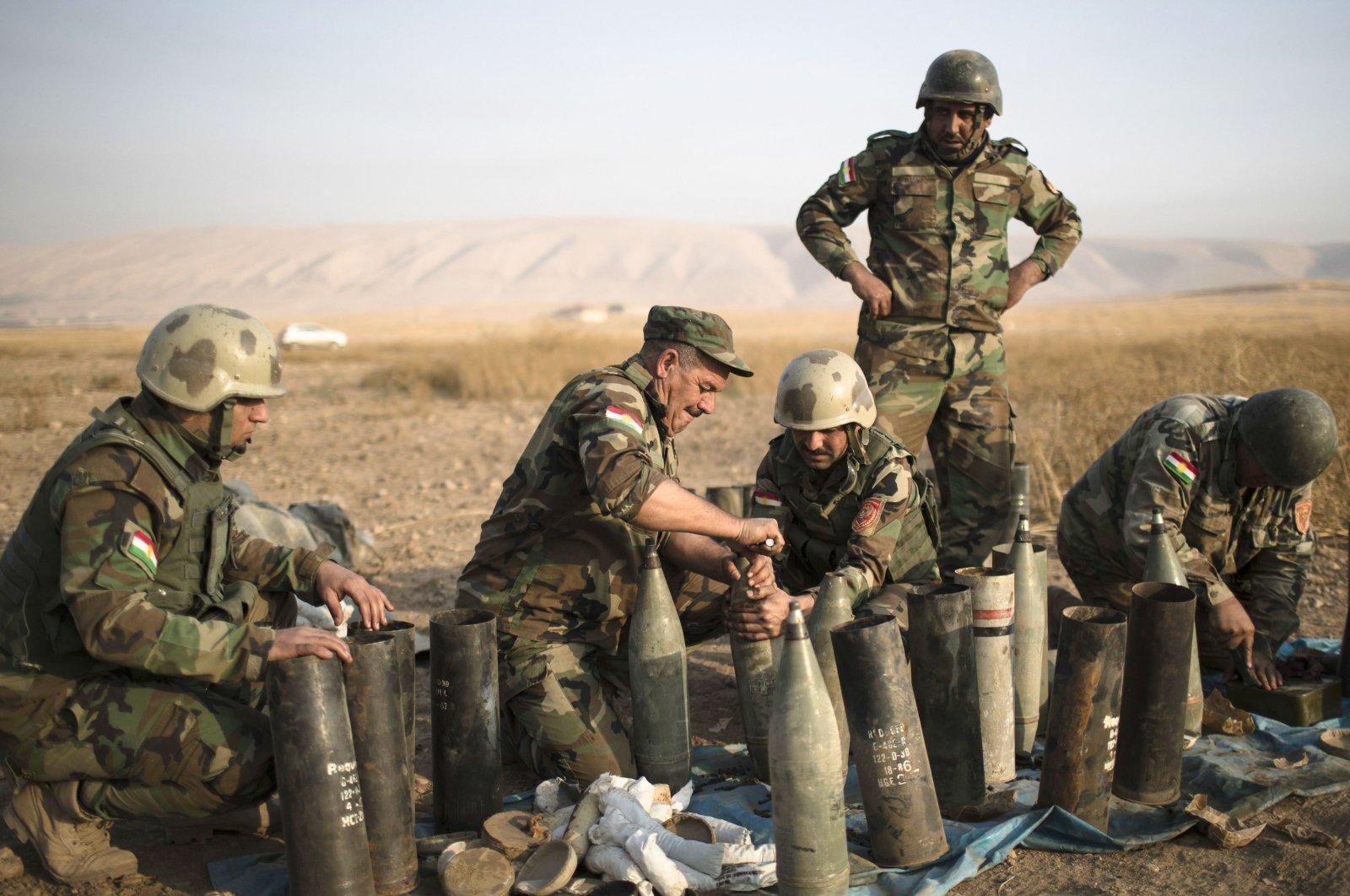 Kurdish Peshmerga prepare to fire artillery at Daesh terrorist positions in Bashiqa, east of Mosul, Iraq, Monday, Nov. 7, 2016. (AP File Photo)