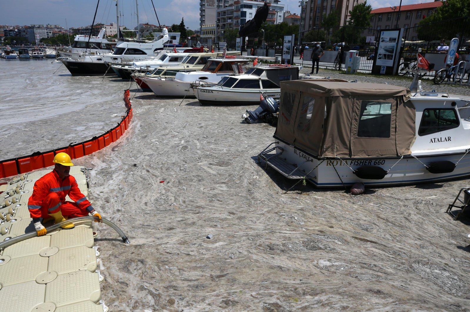 A worker drains mucilage from the sea, in Çanakkale, western Turkey, Jun. 8, 2021. (AA PHOTO)
