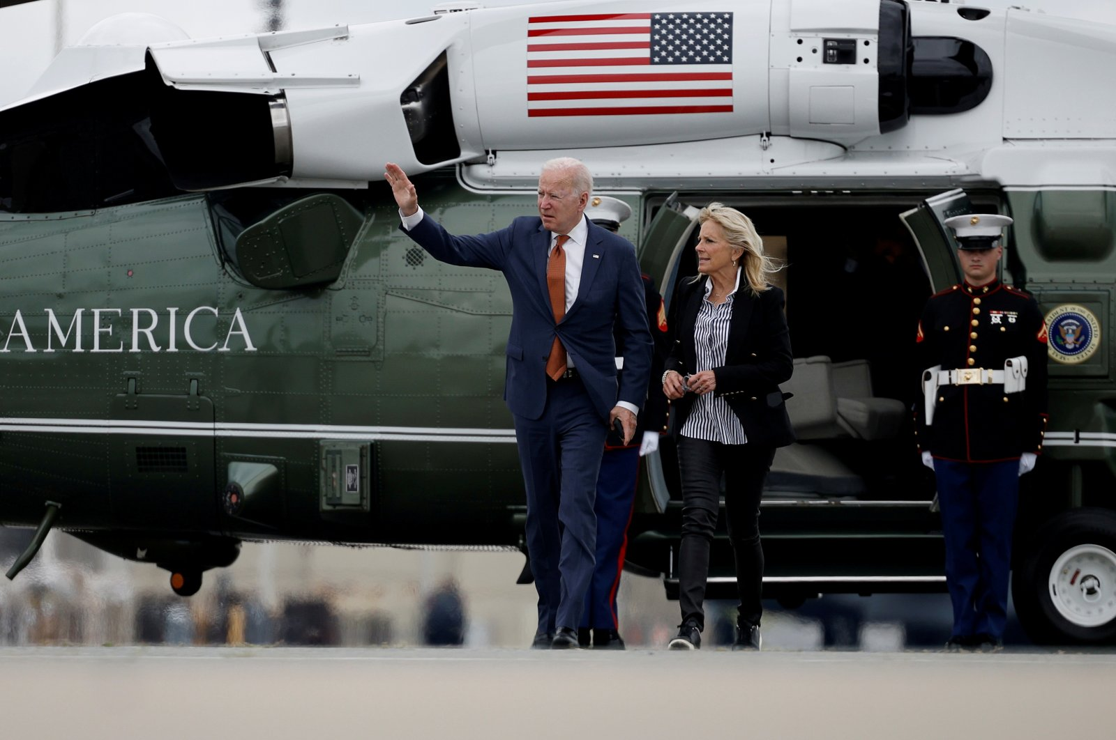 U.S. President Joe Biden (L) and first lady Jill Biden walk from Marine One to board Air Force One for return travel to Washington, D.C. at Dover Air Force Base in Dover, Delaware, U.S., June 4, 2021. (Reuters Photo)