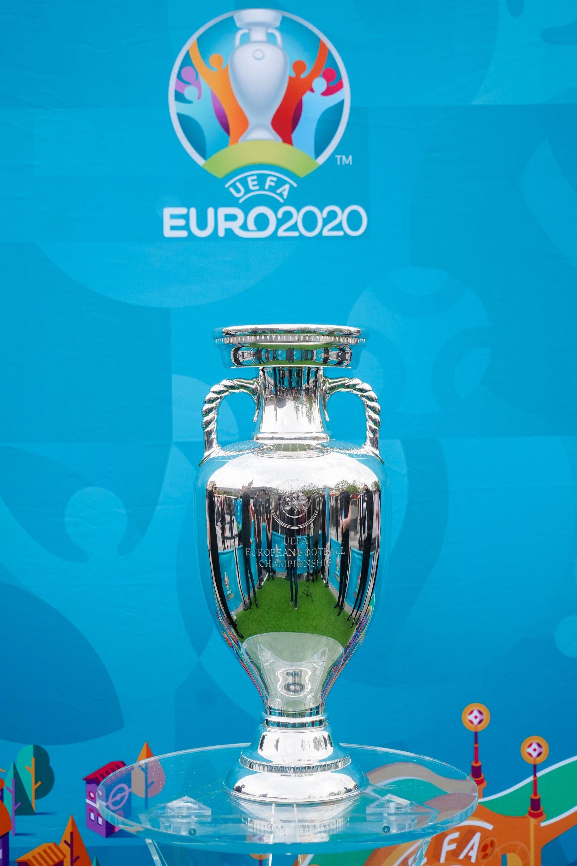 El trofeo del Campeonato de Europa de la UEFA en Kings Cross Station, Londres, Inglaterra, 4 de junio de 2021. (Foto AFP)