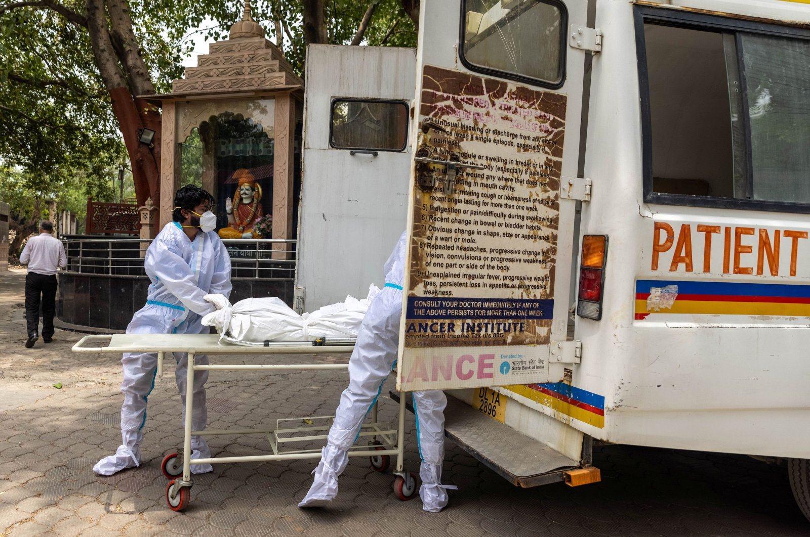 Health workers carry the body of a person, who died from complications related to COVID-19, for cremation at a crematorium in New Delhi, India, June 10, 2021. (Reuters Photo)