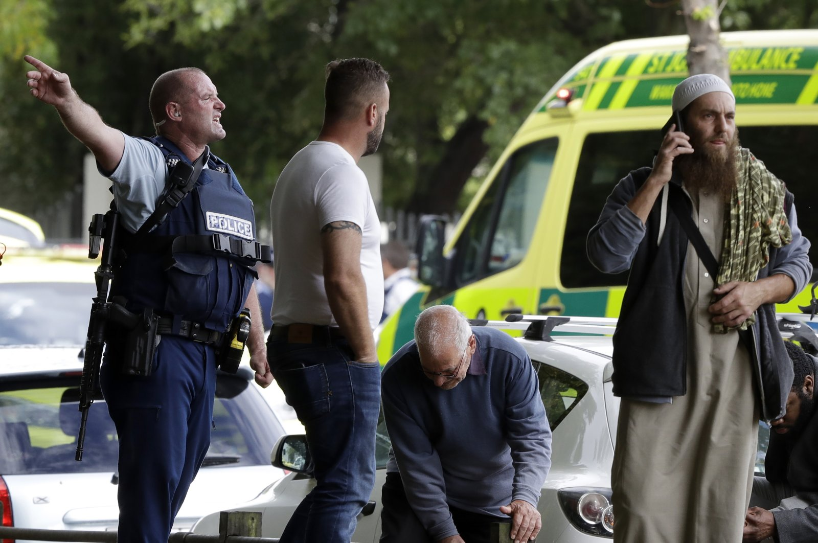 Police attempt to clear people from outside a mosque in central Christchurch, New Zealand, March 15, 2019. (AP Photo)