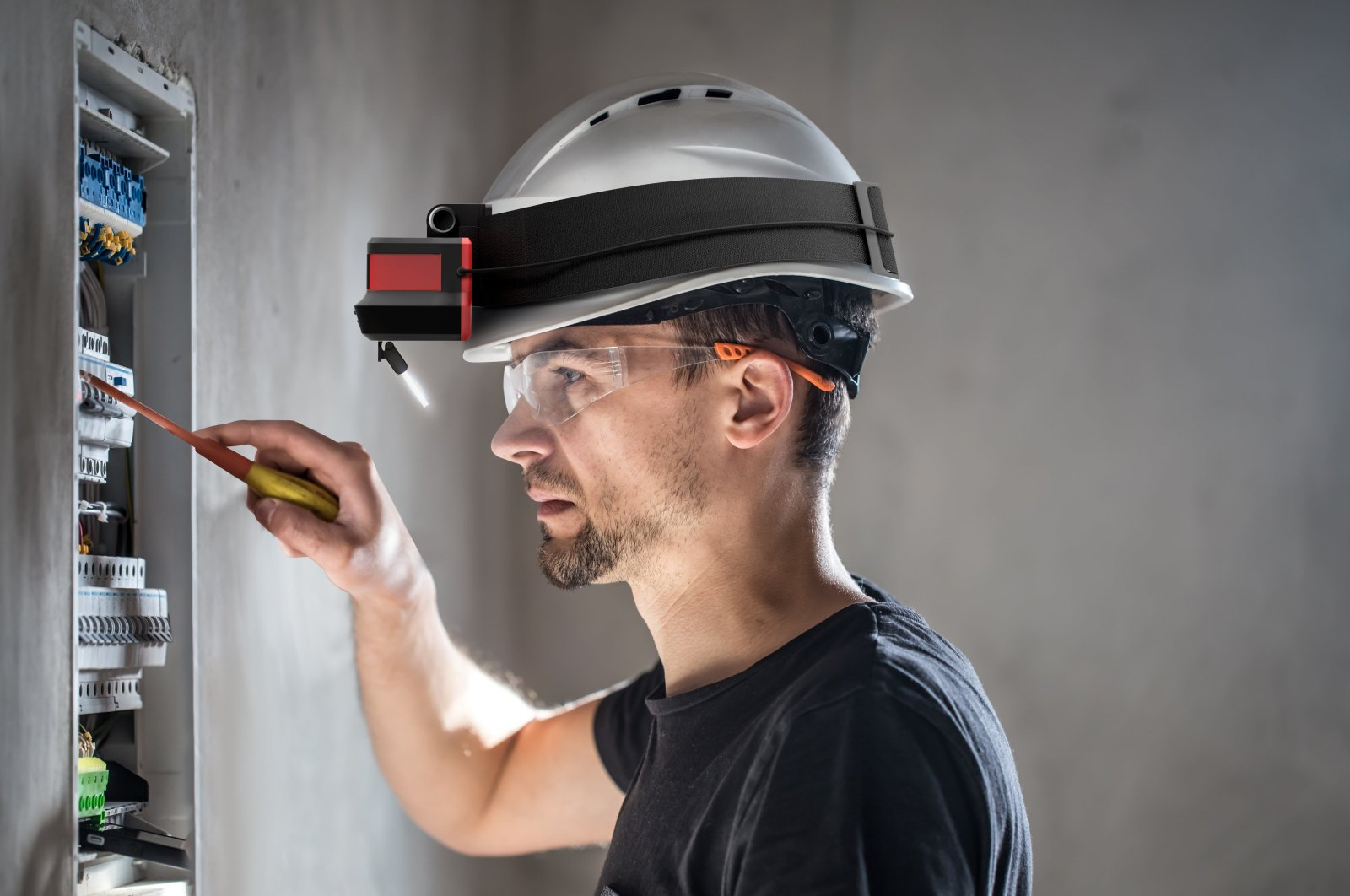 Augmency provides industrial companies with wearable augmented reality devices and software solutions.